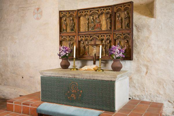 Maarian kirkon pääalttari. Liturgisena värinä vihreä. Alttaritauluna toimii keskiaikainen alttarikaappi.